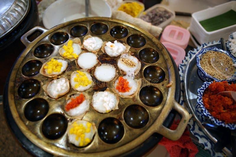 Dessert tailandese tradizionale - latte di cocco e pancake della farina di riso fotografia stock