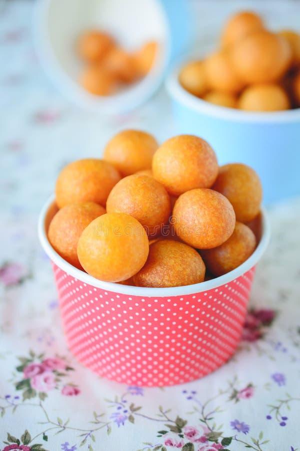Dessert thaïlandais, boules de patate douce, Fried Potato Ball sur coloré photo stock