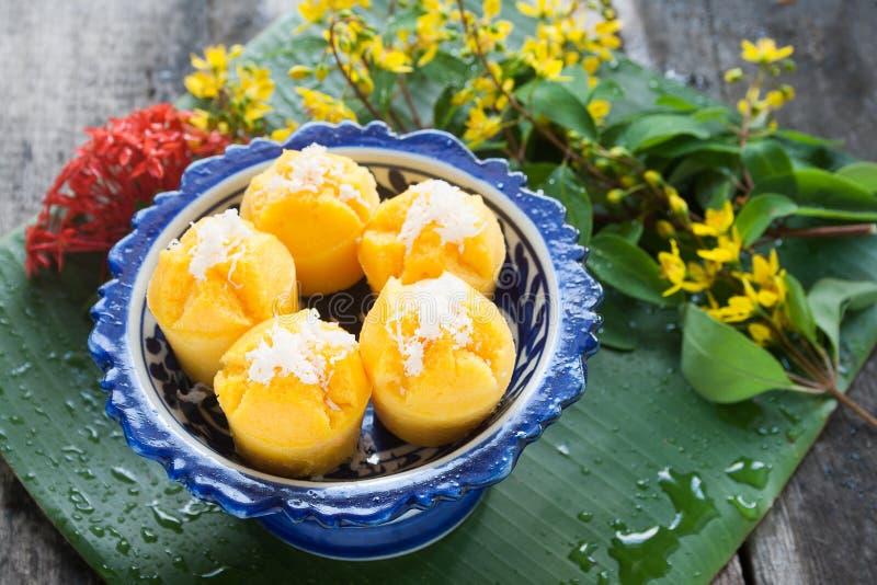 Dessert thaïlandais cuit à la vapeur de gâteau de potiron - lanière de Kanom Fak photographie stock