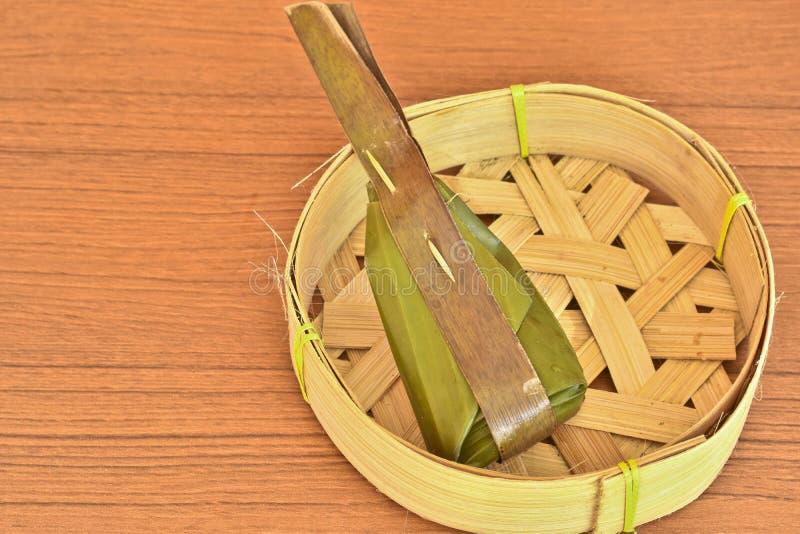 Dessert thaïlandais enveloppé avec des feuilles de banane et des feuilles de noix de coco sur le Ba photographie stock libre de droits
