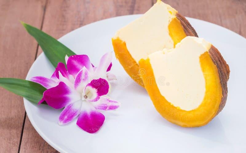Dessert thaïlandais, moitié de crème anglaise d'oeufs dans la vapeur de potiron images libres de droits