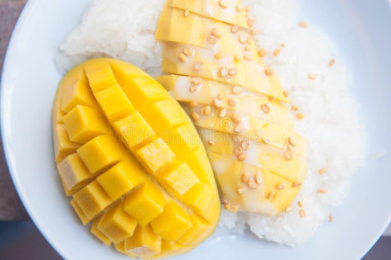 Dessert thaïlandais visqueux de riz et de mangue image libre de droits