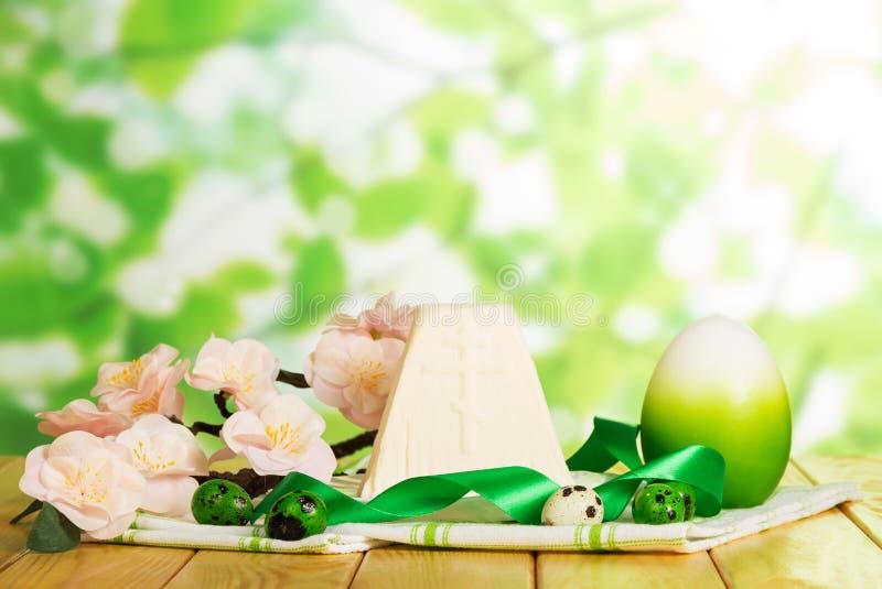 Dessert traditionnel de laits caillés de Pâques et divers oeufs sur le tissu, écoulement photo libre de droits