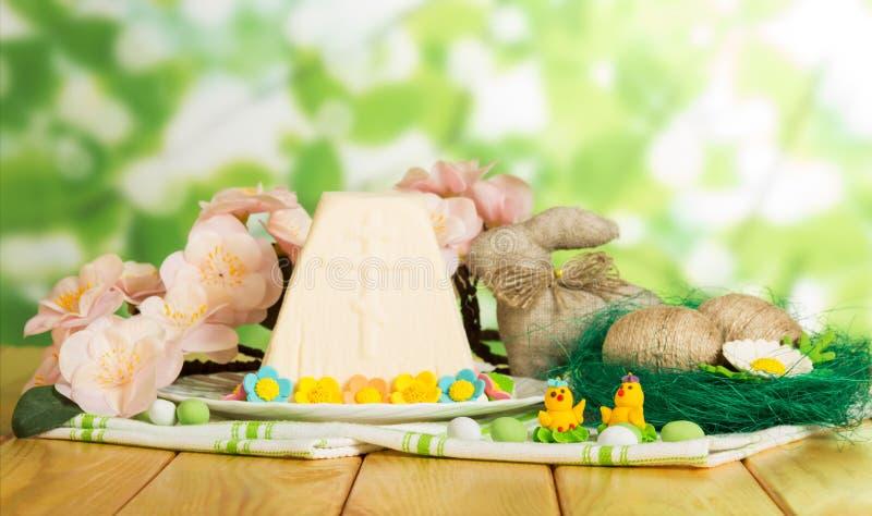 Dessert tradizionale del formaggio di Pasqua, uova di Pasqua, coniglietto, pulcino del giocattolo fotografia stock libera da diritti