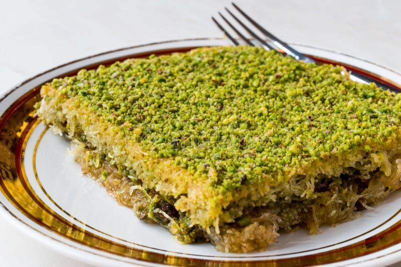 Dessert tradizionale turco Kadayif con la polvere del pistacchio immagini stock