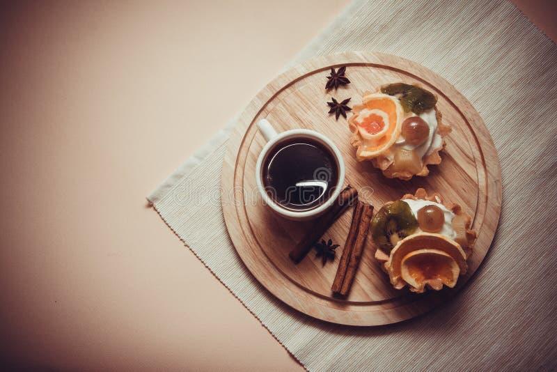 Dessert van romige mufins royalty-vrije stock afbeeldingen