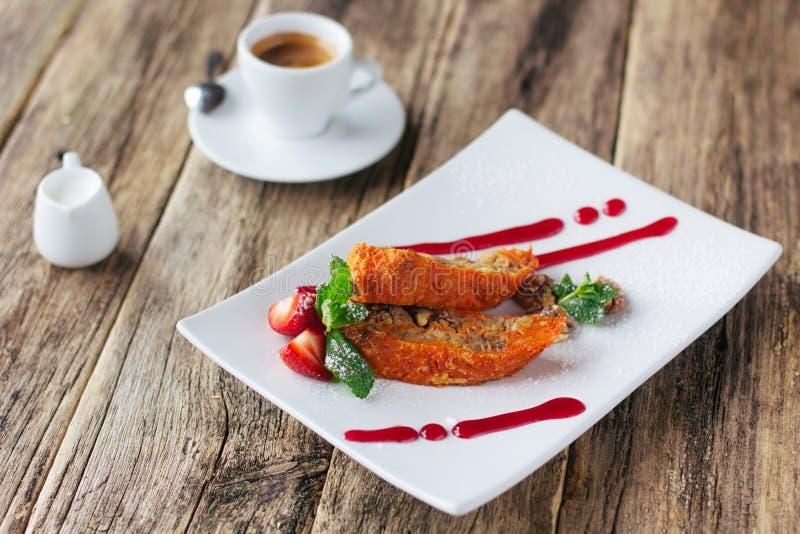 Dessert vegetariano Rotolo e caffè della mela della carota immagini stock libere da diritti