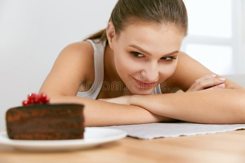 Dessert Vrouw die chocoladecake eten royalty-vrije stock foto's