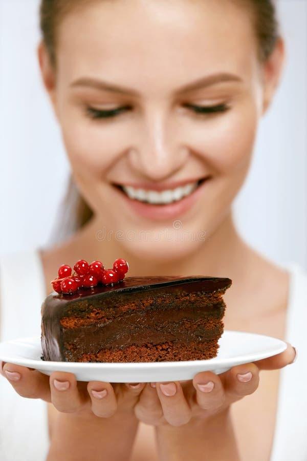 Dessert Vrouw die chocoladecake eten stock foto's