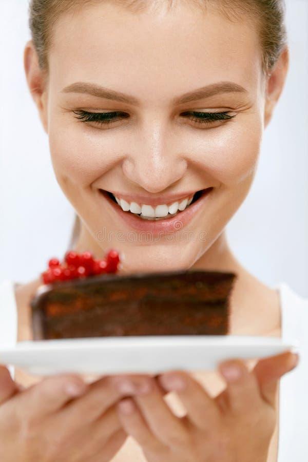 Dessert Vrouw die chocoladecake eten royalty-vrije stock foto
