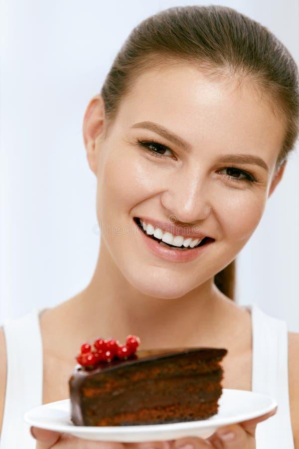 Dessert Vrouw die chocoladecake eten royalty-vrije stock afbeelding