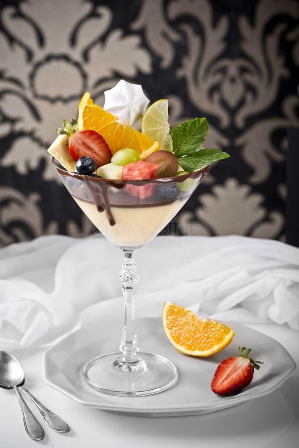 Dessert withl tropische vruchten op een retro achtergrond op een retro achtergrond stock afbeelding