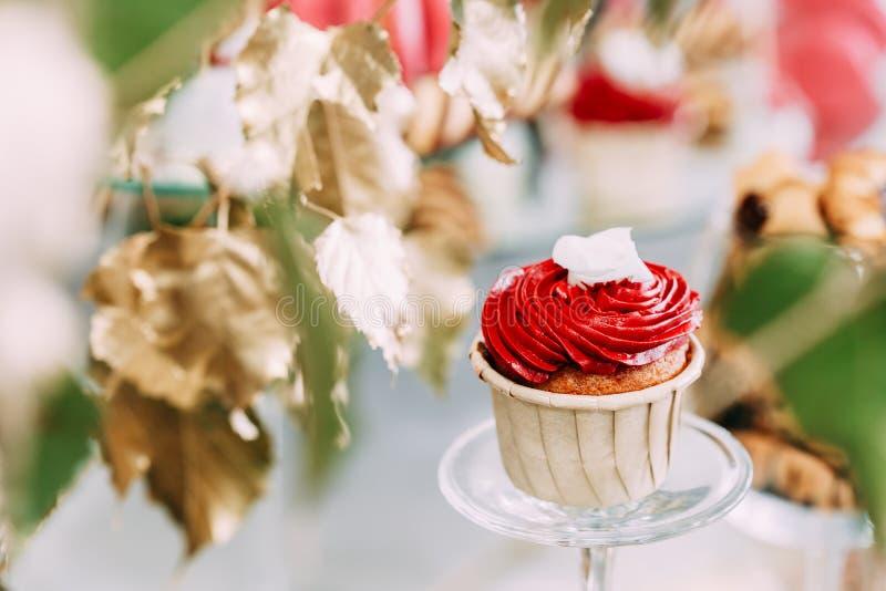 Dessert Zoete Smakelijke cupcake in Suikergoedbar op Lijst Heerlijk zoet buffet royalty-vrije stock afbeeldingen
