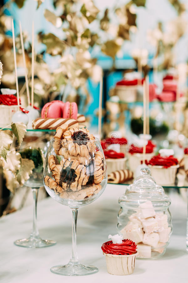 Dessert Zoete Smakelijke Cupcakes, Koekjes in Suikergoedbar op Lijst royalty-vrije stock foto's