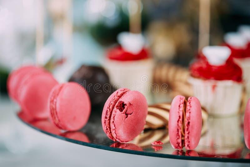 Dessert Zoete Smakelijke Macarons en Koekjes in Suikergoedbar op Lijst royalty-vrije stock afbeeldingen