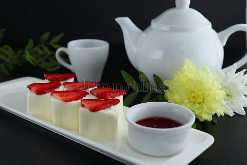 Dessertbroodje met aardbeien met rijstpapier worden verpakt dat royalty-vrije stock fotografie
