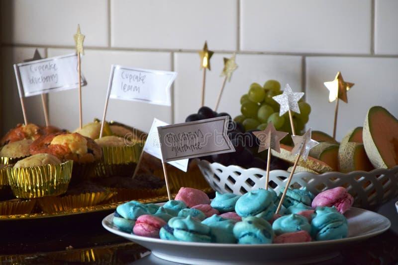 Dessertbuffet met cupcakes, macarons en fruit stock afbeelding