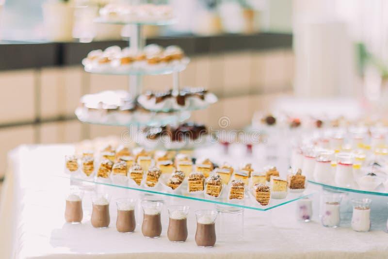 Dessertbuffet met heerlijke zoete bakkerij en koffie-schokken stock fotografie