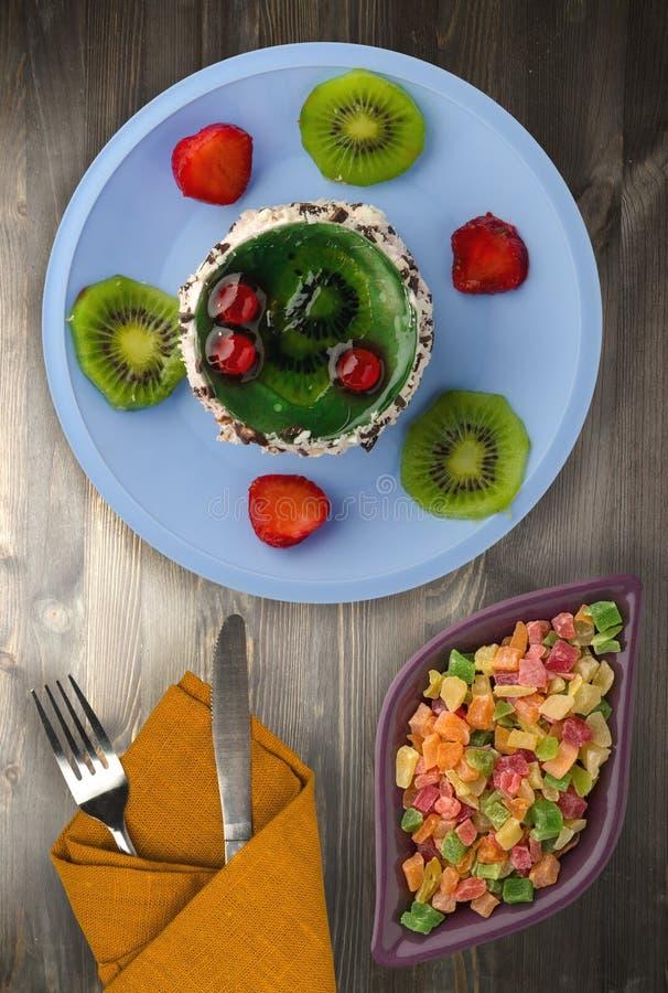 Download Dessertcake Met Kiwi En Aardbeien Op Een Houten Achtergrond Stock Afbeelding - Afbeelding bestaande uit decoratie, huis: 114225125