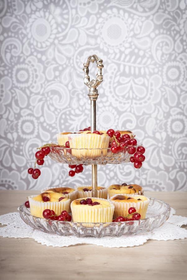 Dessertcakes en kersen op tribune stock foto's