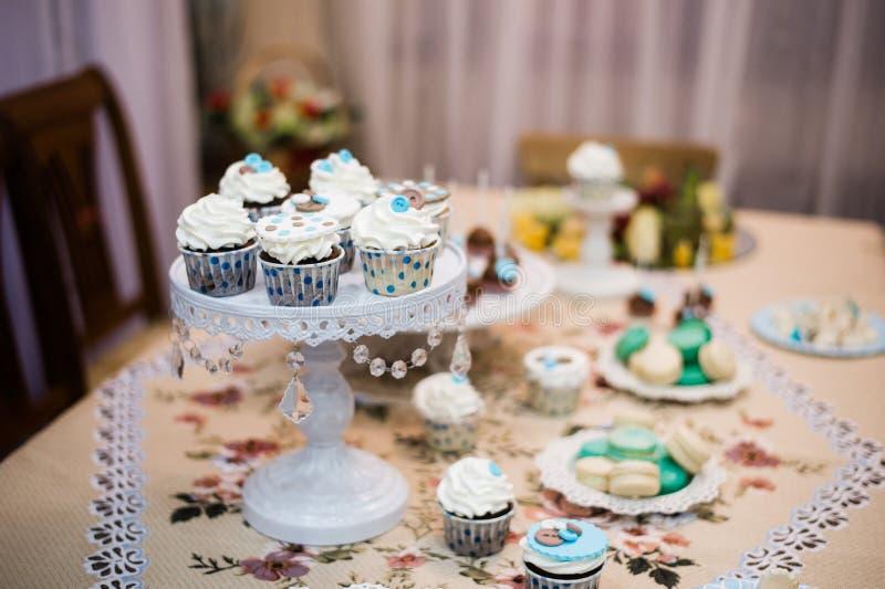 Dessertlijst voor een partij Ombrecake, cupcakes, zoetheid en bloemen royalty-vrije stock foto