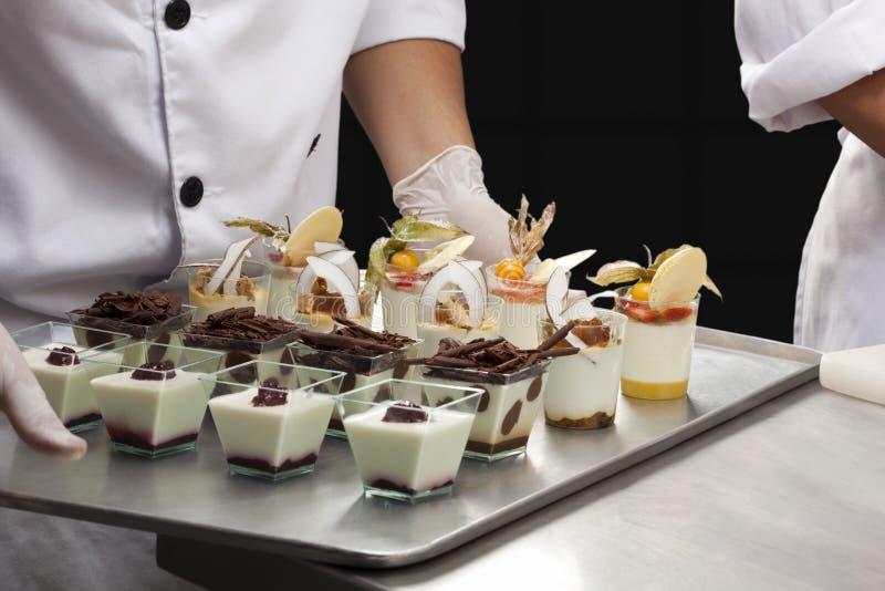 Desserts assortis de verrine photographie stock libre de droits