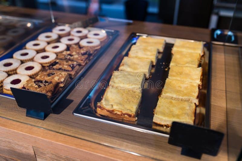 Desserts dans la fenêtre de boulangerie photos stock