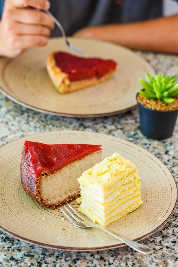 Desserts de Vegan : gâteau de baie, gâteau de napoléon et gâteau au fromage dans le restaurant photo stock