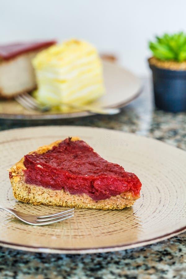 Desserts de Vegan : gâteau de baie, gâteau de napoléon et gâteau au fromage dans le restaurant image libre de droits
