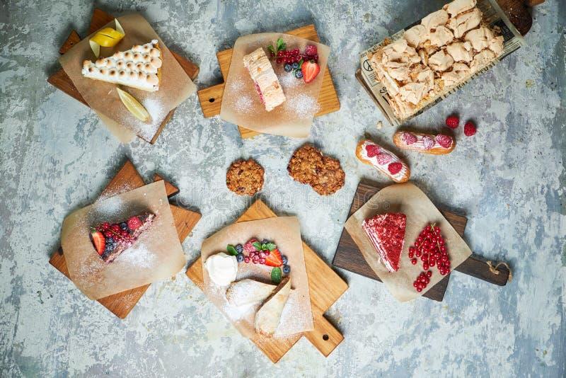 Desserts doux assortis Vue sup?rieure Fond texturis? gris Beaux plats de portion Dessert Cha?ne alimentaire photos libres de droits