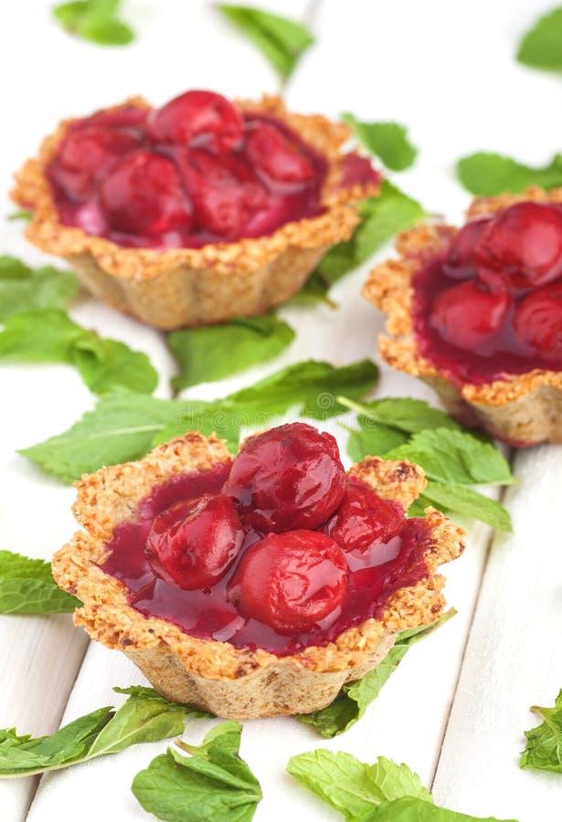 Desserts doux avec les baies rouges sur le blanc en bois photographie stock libre de droits