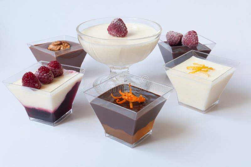 Desserts in glazen stock afbeeldingen