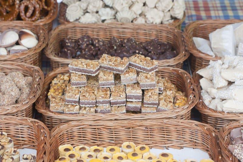 Download Desserts in rieten manden stock foto. Afbeelding bestaande uit verslaving - 29507450