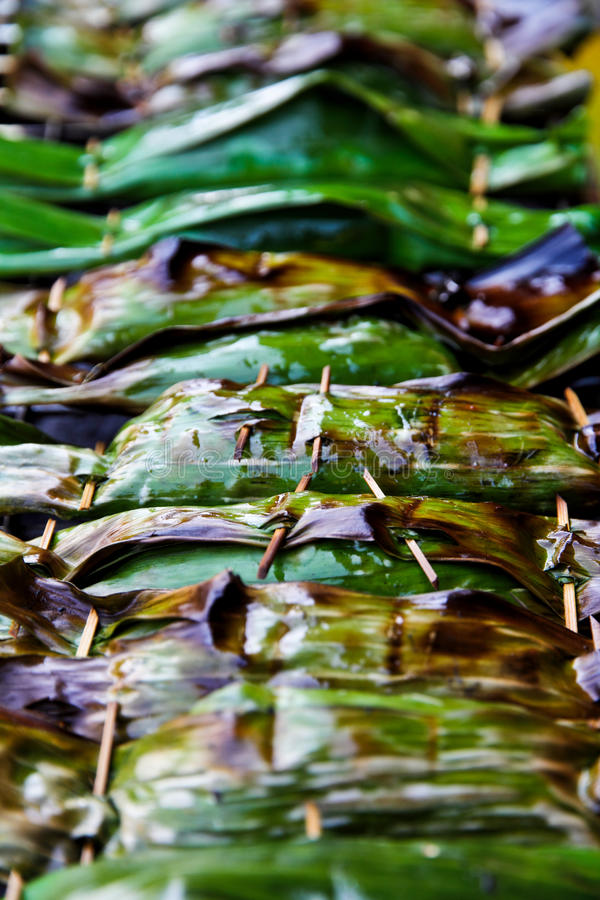 Desserts thaïs enveloppés dans des lames de banane. image stock