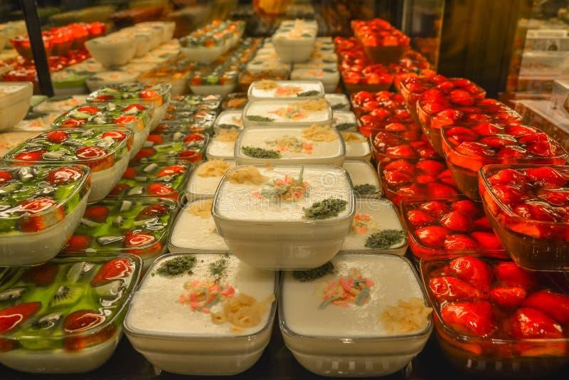 Desserts turcs - puddings et gelées avec des baies des fraises et du kiwi photos stock