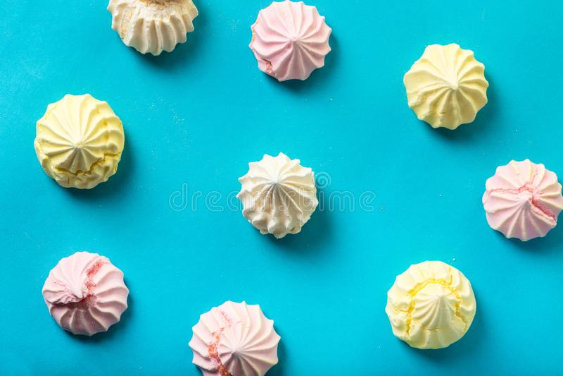 Dessertschuimgebakje op blauw royalty-vrije stock afbeeldingen