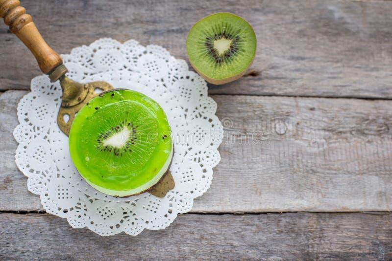 Dessertsoufflé met kiwi op een houten achtergrond stock afbeelding