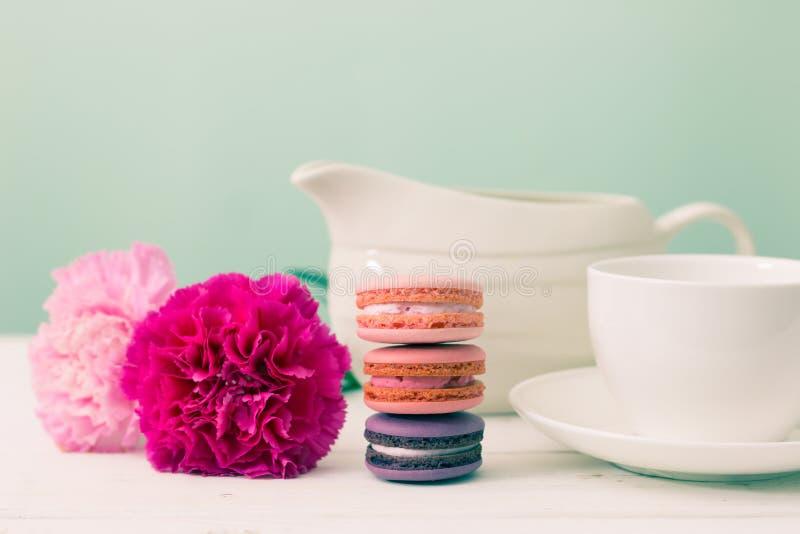Desserttijd Makaron, bloem en kop royalty-vrije stock afbeelding