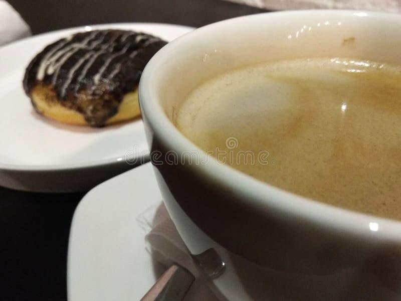 Dessertvoedsel, koffie en doughnut royalty-vrije stock foto's