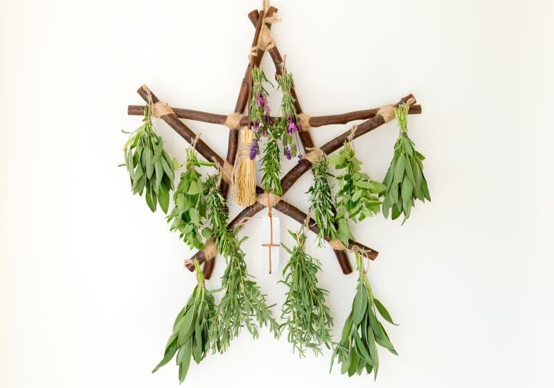 Dessiccateur en bois rustique d'herbe de pentagone étoilé de branche avec le paquet frais d'herbe image libre de droits