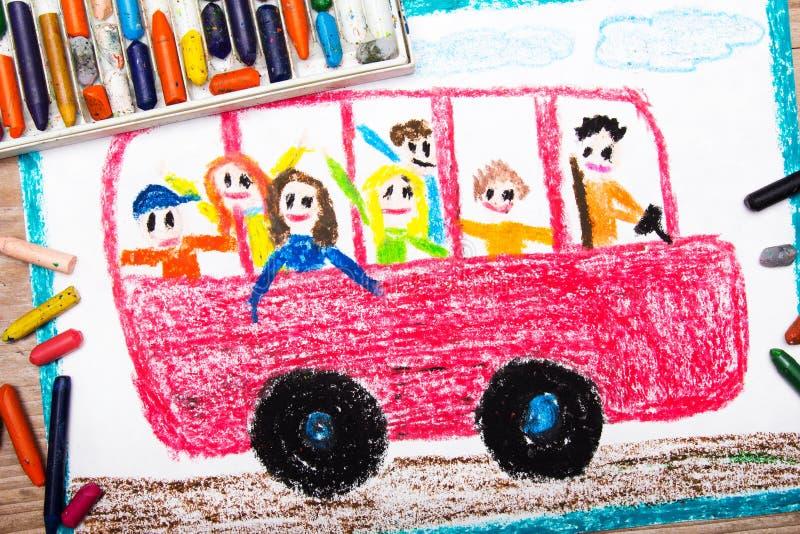 Dessin - autobus scolaire rouge avec les enfants heureux à l'intérieur image stock
