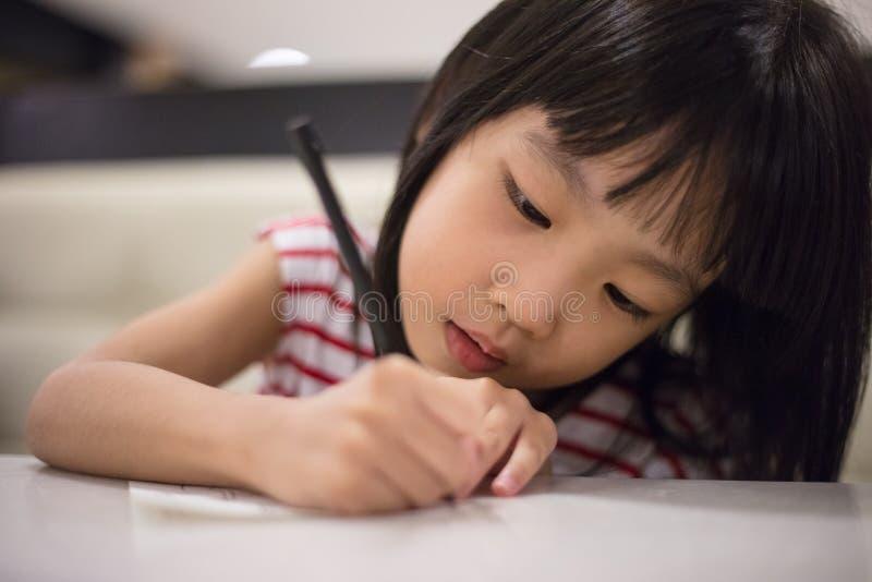 Dessin chinois asiatique de petite fille sur le papier photos stock