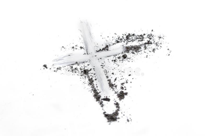 Dessin chrétien de croix ou de crucifix en cendre, poussière ou sable comme symbole de religion, sacrifice, redemtion, Jesus Chri photos libres de droits