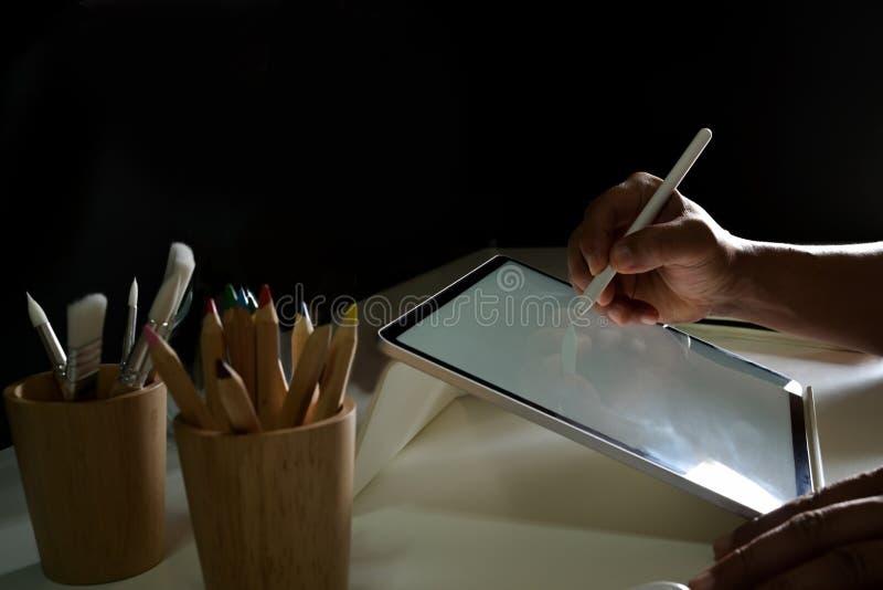 Dessin créatif graphique de concepteur et travail avec la tablette graphique d'affichage numérique photographie stock libre de droits