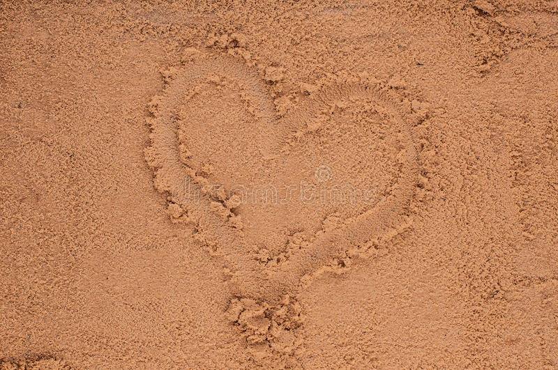Dessin de coeur dans le sable photo stock