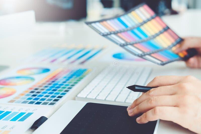 Dessin de concepteur sur la tablette graphique sur le lieu de travail image stock