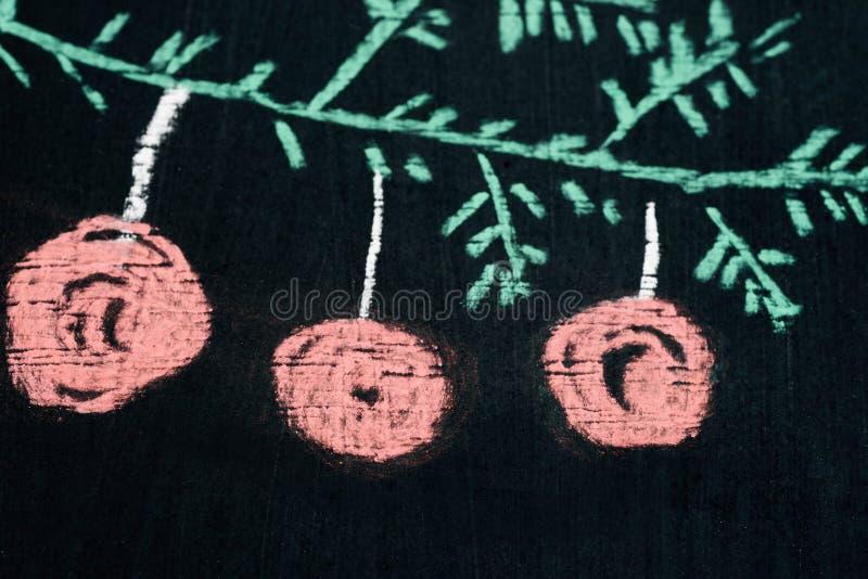 Dessin de craie de brindille d'arbre de Noël sur le foyer sélectif de tableau noir photo stock