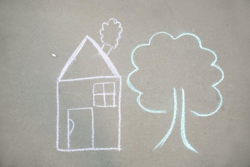 Dessin de craie du ` s d'enfant de maison et d'arbre images libres de droits