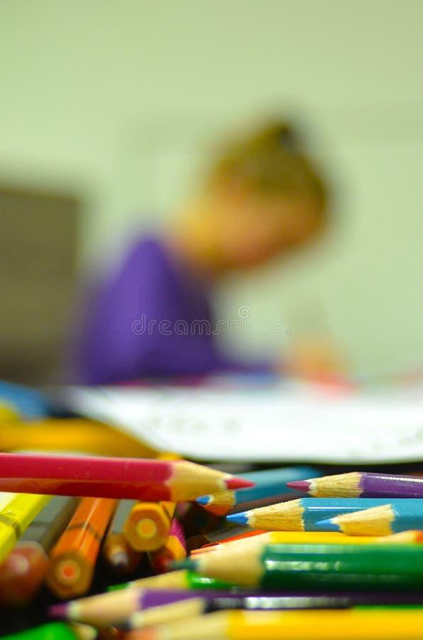 dessin de fille avec des crayons de couleur photo stock image 58828430. Black Bedroom Furniture Sets. Home Design Ideas