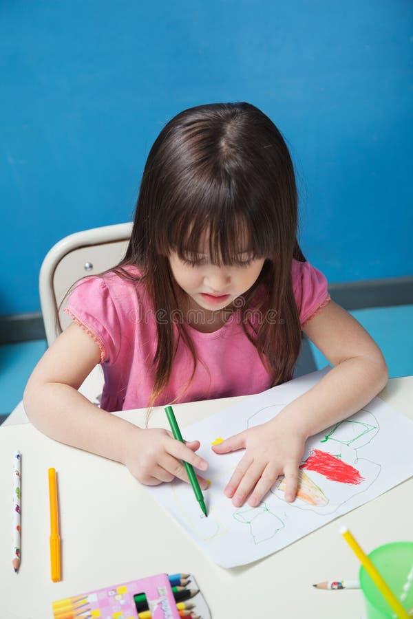 Dessin de fille avec le croquis Pen In Classroom images libres de droits